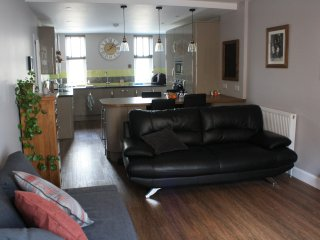 The Bolt Hole, 2 bedroom holiday apartment with private parking in North Berwick