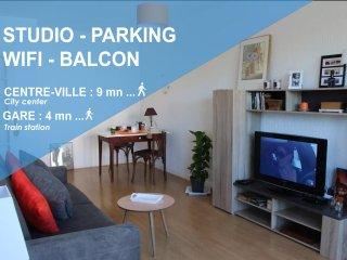Studio avec balcon, parking privé - 5mn Gare