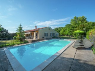 Abricotine - Detached holiday home with private garden and swimming pool in small grounds