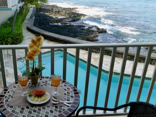 Konamazing OCEANfront king bedroom with AC-Convenient Downtown Kona!