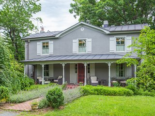 The Warren Country Home - 1 Mile from King Family Vineyards in Lovely Crozet