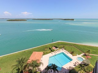 Classy condo w/ shared pool & hot tub, panoramic ocean views from private lanai!