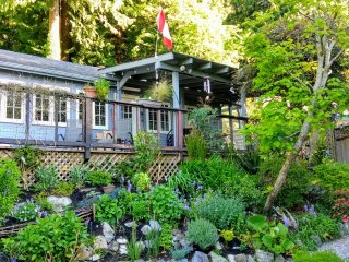 Ocean View Character Cottage Near Vancouver