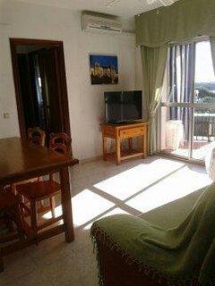 Salón con televisión plana y aire acondicionado