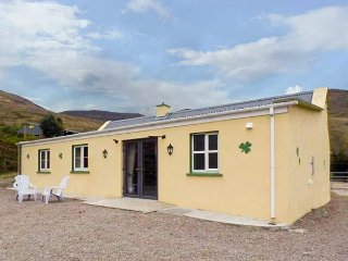 SHAMROCK COTTAGE, detached, ground floor, WiFi, woodburner, great for hikers