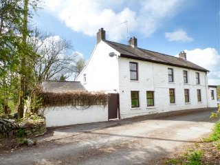 OLD RAILWAY INN COTTAGE, sleeps two, romantic, courtyard, Pencader, Ref 944008
