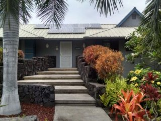 KONA -1 BLK. TO MAGIC SANDS BEACH-LGE. DOUBLE VACATION POOL HOME- SLEEPS 10