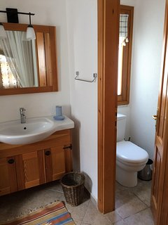 Banana Valley Villa, master bedroom en suite bath/shower + separate wc