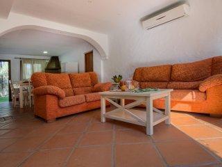 Sofás y mesa del salón del apartamento Hierbabuena en Hacienda Roche Viejo en Conil