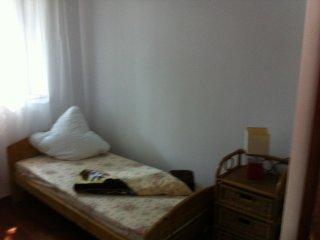 Schönes, helles Schlafzimmer mit Einzelbett nach Süden orientiert, mit Garten Sicht