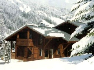 Great 5 bedroom chalet close to the main lifts