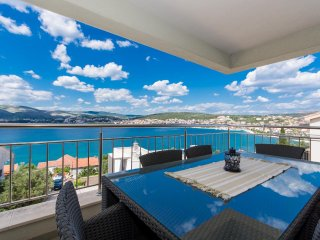 Sea view apartment Trogir riviera (Tulipan)