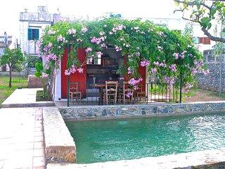 céntrica casa rural con jardín y piscina