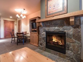 Red Hawk Lodge 2200 - Cozy studio, walk to slopes, on site pool, hot tub, fitnes
