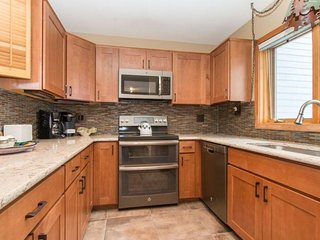 Red Fox Town home - Remodeled kitchen, steps from clubhouse, 3 miles to