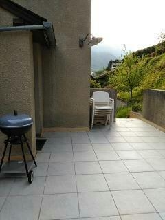 Terrasse avec vue aussi sur la vallée, vers Lourdes BBQ, table et fauteuils de jardin