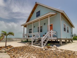 Charming waterfront cottage w/large master tub & direct beach access
