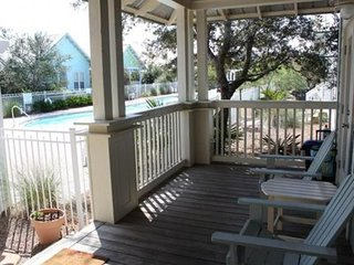 Charming cottage w/ shared pool & hot tub, private washer/dryer, close to beach!