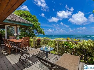 NIULANI OCEANFRONT BEACH HOME, BUNGALOW + COTTAGE, WALK TO TOWN, SUNRISE VIEW