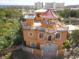 Cheap house, Pool,Beach,Bar,Food+Entertainment
