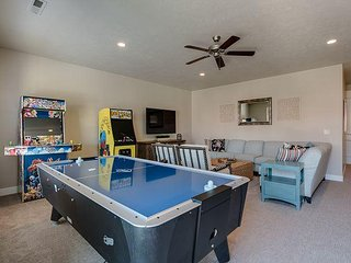 Private Hot Tub/4 Bedroom/6 Bath/Game Room! Sleeps 8