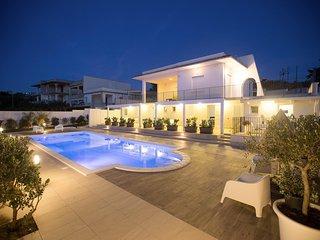 AL059 Appartamento 'Cala Rossa ' in villa 4 posti con piscina comune