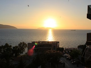 Stunning Sunsets Modern Apartment Vlore Fast Wi-Fi, 50meters near the Beach