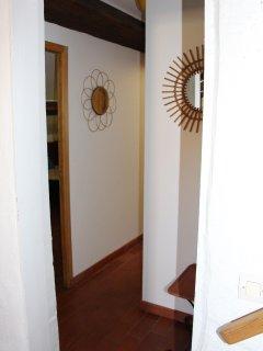 Couloir menant à la 2è chambre et à salle de bains