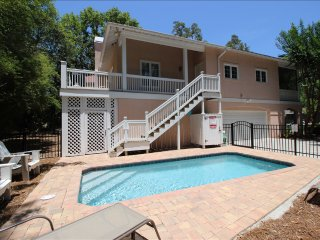 Large Screened Porch, Private Pool, Short Walk to Ocean & Coligny Plaza