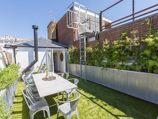 Large Townhouse with outdoor roof terrace kitchen - just 2 minutes from the Sea!