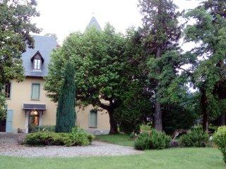 Au Chateau du Donjon, dans son écrin de verdure, venez vous ressourcer au calme.