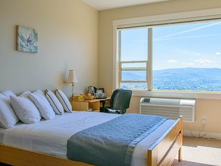 Bright, quiet 2 bdrm condo in center with amazing view