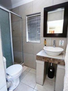 Self-catering room 7 en-suite bathroom