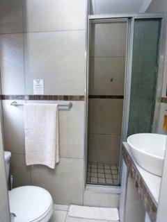 Single Room 4 - en-suite bathroom