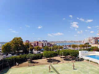 Urbanización las Habaneras frente puerto deportivo