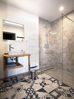 La douche italienne de la salle d'eau du RDC