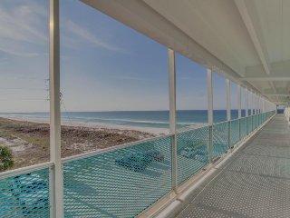 Studio w/ beach access, community pool, & oceanfront views - snowbirds welcome!