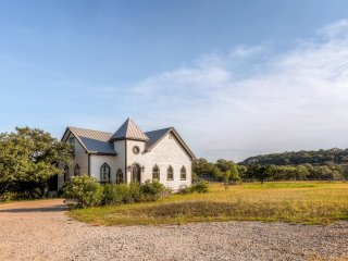 """Chapel Home"" Extraordinary 3BR Wimberley House w/Upscale Amenities & Serene Setting - Perfect for Creative, Healing, & Spiritual Retreats!"