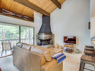 Comfy condo w/ shared pool, tennis - walk to town & Lake Tahoe, close to slopes!