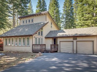 Remodeled chalet w/ deck, shared pools/hot tubs & access to golf, skiing & dock!