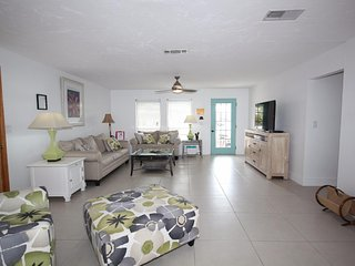 Poinciana, pet friendly no steps 4 min walk/ one block and half to beach