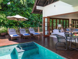 Beach club access, 4-bdr stylish Villa Indah w. Jacuzzi bath. Butler, car&driver