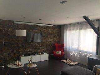 Casa moderna y con piscina en Urb. Torremirona Golf & Spa