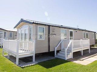 8 berth caravan at Hopton Haven Holiday Park, in Great Yarmouth. REF 80048GW