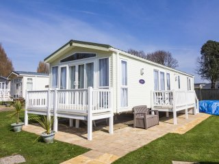 6 berth caravan at Hopton Haven Holiday Park, in Great Yarmouth. REF 80009LD