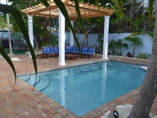 Steps to Duval, Old Town Charm -Grand Bahama Suite