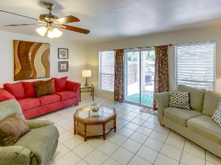 Bright and family-friendly duplex with prime location near the beach!