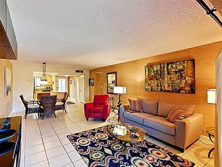 2BR Condo w/ Pool & Lanai, Steps from Lido Key Beach