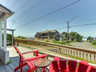 Dog-friendly, oceanview home - just two blocks to the beach!