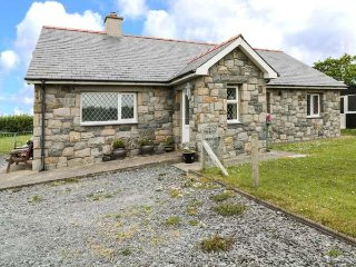 PARC MELYN, sleeps eight, pets welcome, enclosed garden, near Aberdaron, Ref